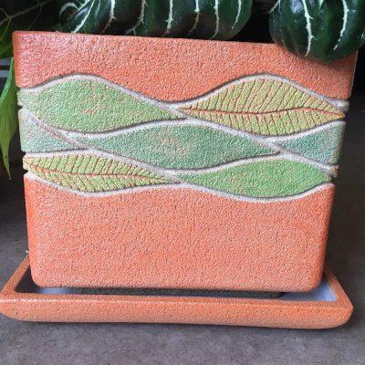 Ručne robený oranžový keramický kvetináč so vzorom zelených listov aj s podtáckou – 22,5×22,5cm