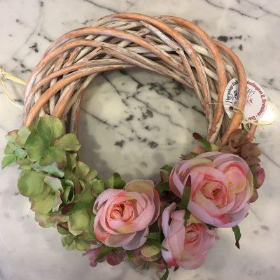 Veniec z drevených prútov a umelých kvetov – ružové iskerníky a zelené hortenzie
