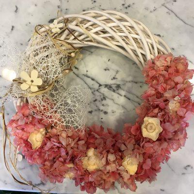 Veniec z drevených prútov a umelých a sušených kvetov – ružové hortenzie drevené kvety