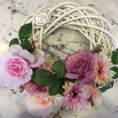Veniec z drevených prútov a umelých kvetov – ruže, gerbery, hortenzie a pivónie