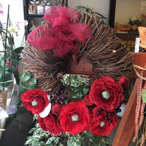 VENIEC ZO SUŠENÝCH PRÚTIKOV A UMELÝCH KVETOV – ČERVENÉ ISKERNÍKY - Flora Shop ateliér