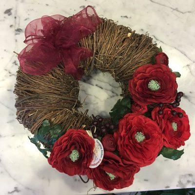 Veniec zo sušených prútikov a umelých kvetov – červené iskerníky