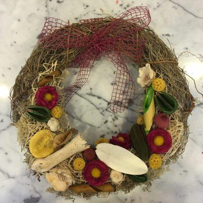 Veniec zo sušených prútikov, umelých a sušených kvetov a drevených dekorácií
