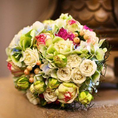 Svadobná kytica z bielych hortenzíí a ruží