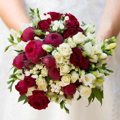 Svadobná kytica z ruží, trsových ruží a austin ruží