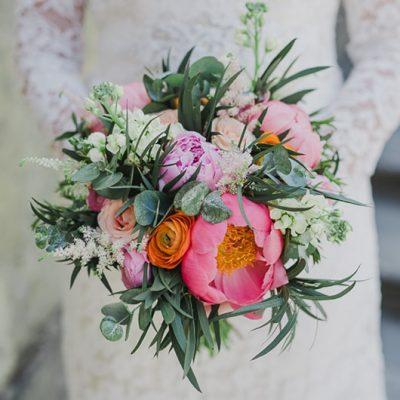 Svadobná kytica z pivónií, iskerníka a ruží