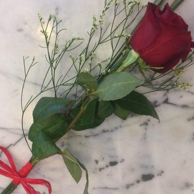 Červená ruža previazaná mašľou z raphie