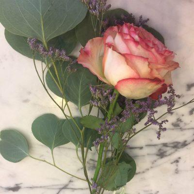 Ruža previazaná mašľou z raphie