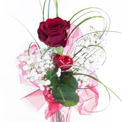 Červená ruža previazaná mašľou so srdiečkom